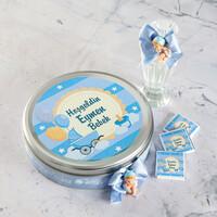 Hacı Şerif - Etiket Baskılı Biblolu Erkek Bebek Çikolatası (Metal Yuvarlak Kutu) 50 Adet Madlen+Kolonya Hediyeli