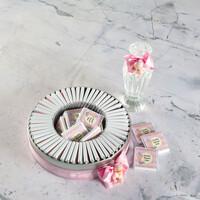 Etiket Baskılı Biblolu Kız Bebek Çikolatası (Metal Yuvarlak Kutu) 70 Adet Madlen+Kolonya Hediyeli - Thumbnail