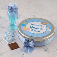 Etiket Baskılı Kurdelalı Erkek Bebek Çikolatası (Metal Yuvarlak Kutu) 50 Adet Madlen+Gül Suyu Hediyeli - Thumbnail