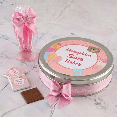 Etiket Baskılı Kurdelalı Kız Bebek Çikolatası (Metal Yuvarlak Kutu) 50 Adet Madlen Çikolata +Gül Suyu Hediyeli