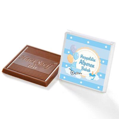 Etiket Baskılı Kurdeleli Biblolu Erkek Bebek Çikolatası (Metal Yuvarlak Kutu) 60 Adet Madlen