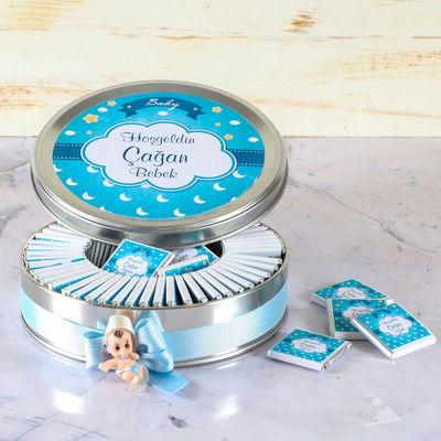 Etiketli Erkek Bebek Çikolatası (Metal Yuvarlak Kutu) 70 Adet Madlen+Kolonya+Afiş