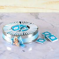 Etiketli Erkek Bebek Çikolatası (Metal Yuvarlak Kutu) 70 Adet Madlen+Kolonya+Afiş - Thumbnail