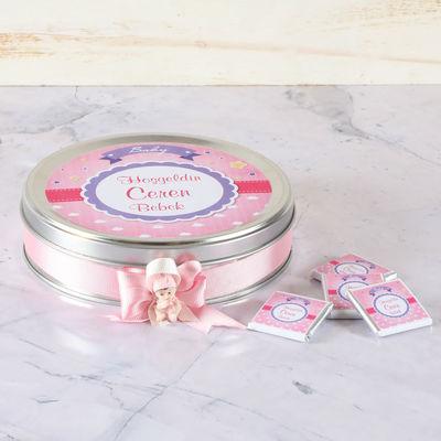 Etiketli Kız Bebek Çikolatası (Metal Yuvarlak Kutu) 70 Adet Madlen+Kolonya+Afiş