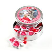 Hacı Şerif - Fotoğraflı Sevgililer Günü Hediyesi (Yuvarlak Metal) 25 Adet Madlen Çikolata+25 Draje